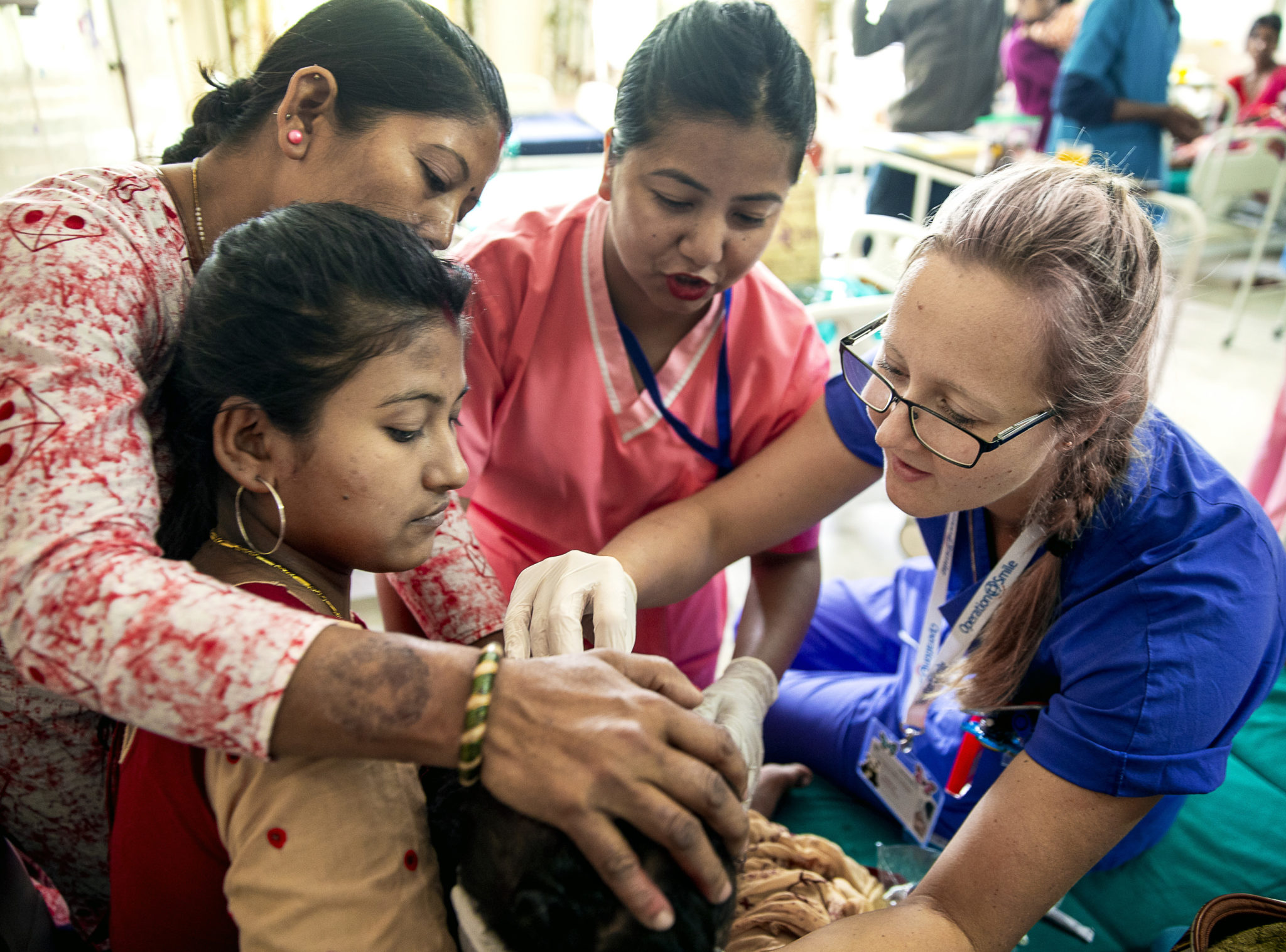 volontär erica maria skåål undersöker patient med gomspalt