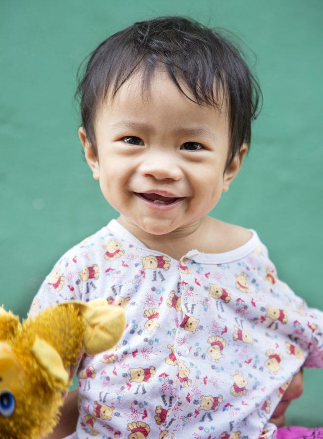 liten pojke ler efter operation under operation smiles uppdrag