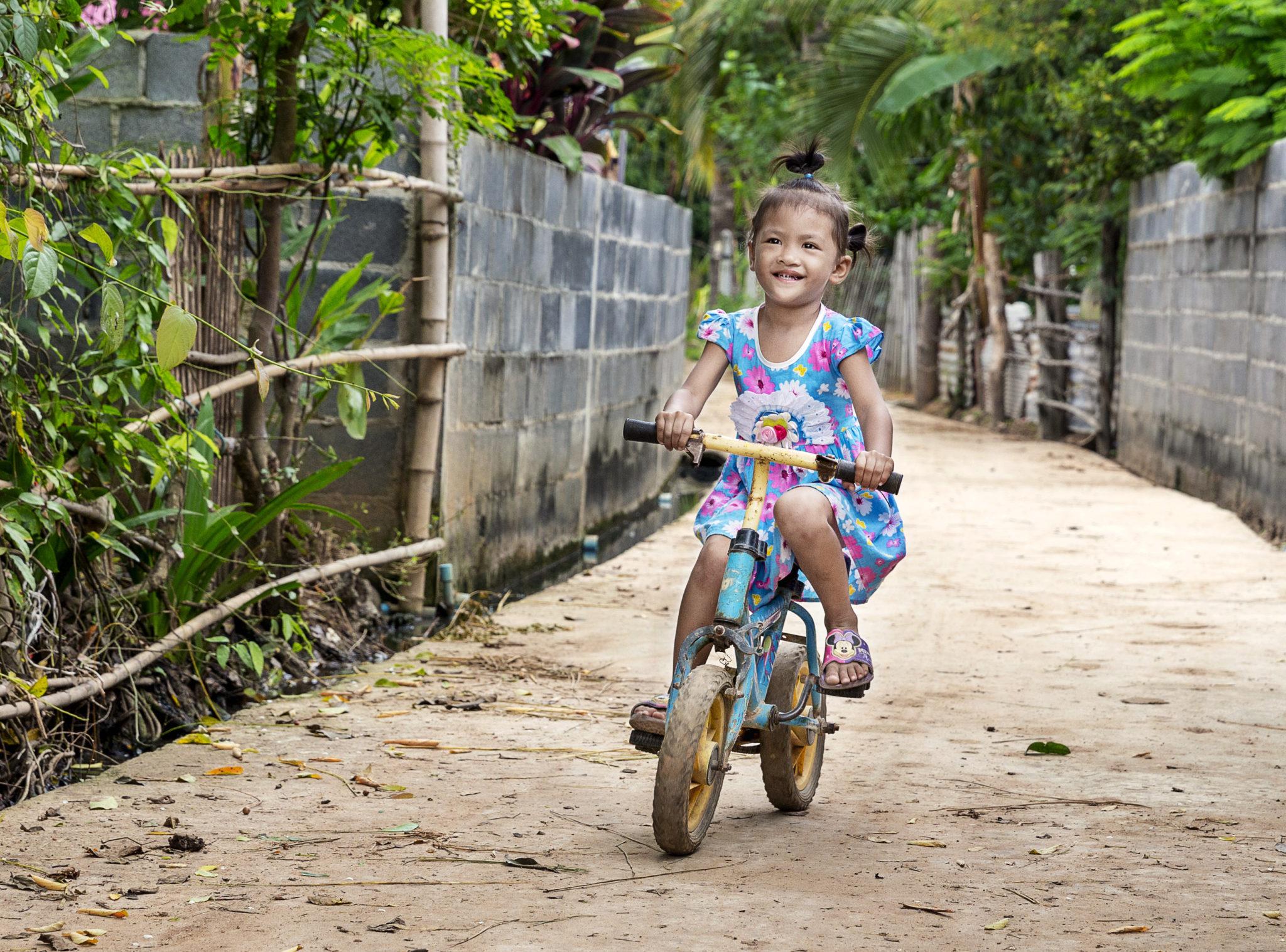 lycklig flicka cyklar efter operation