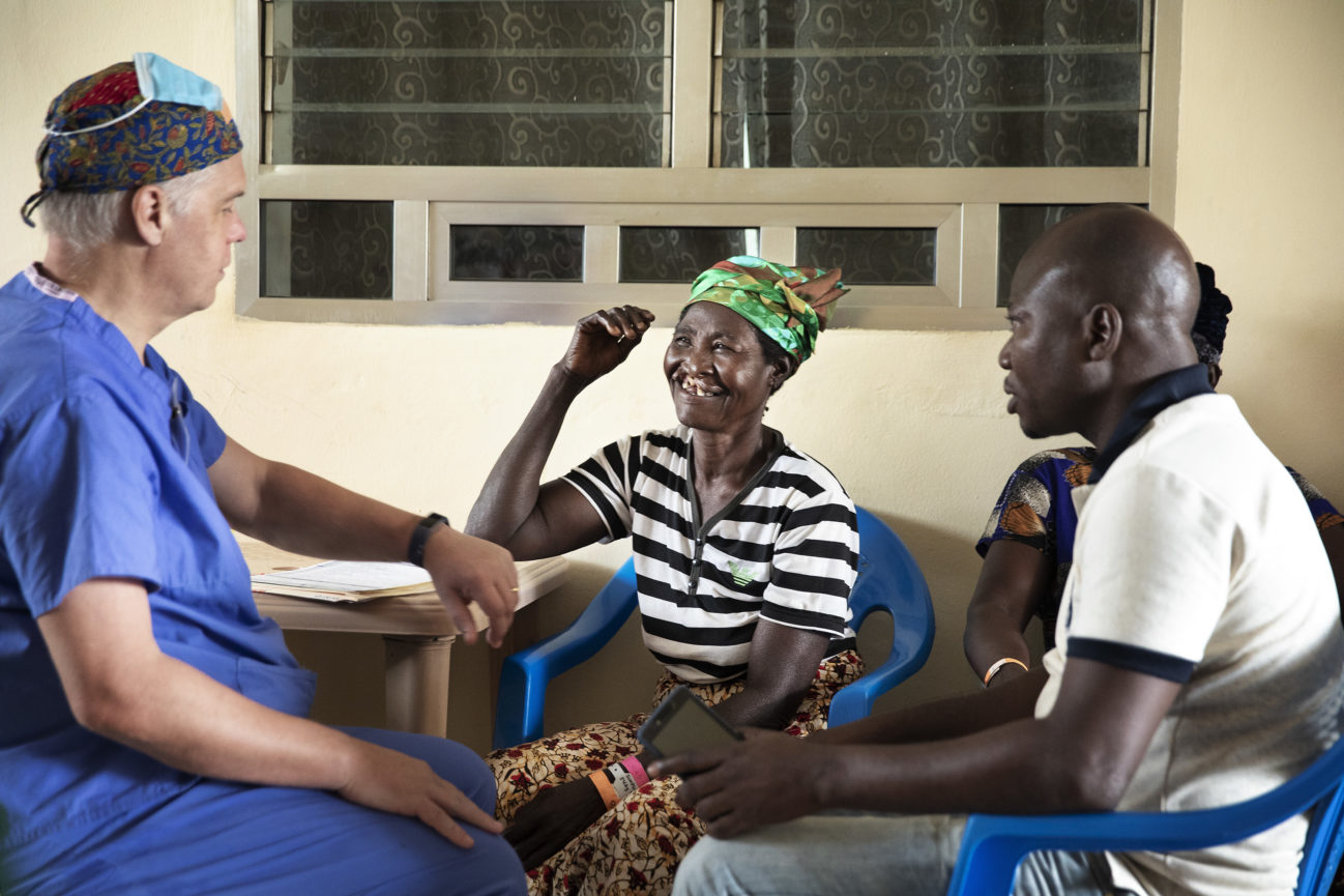 kvinna undersöks av medicinsk volontär inför operation