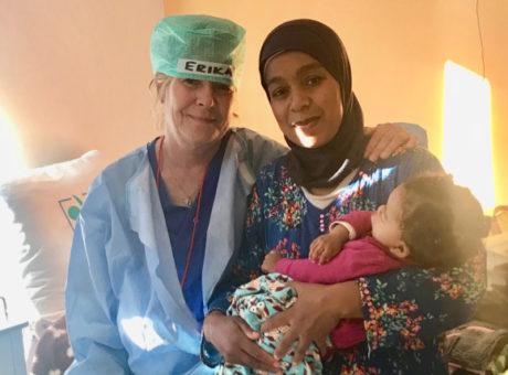 Douaa och hennes mamma med kirurgen